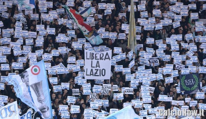La contestazione di una parte della tifoseria della Lazio, all'Olimpico, contro il presidente Claudio Lotito: stanno mostrando i cartelli «Libera la Lazio» (fonte Calcionow.it)