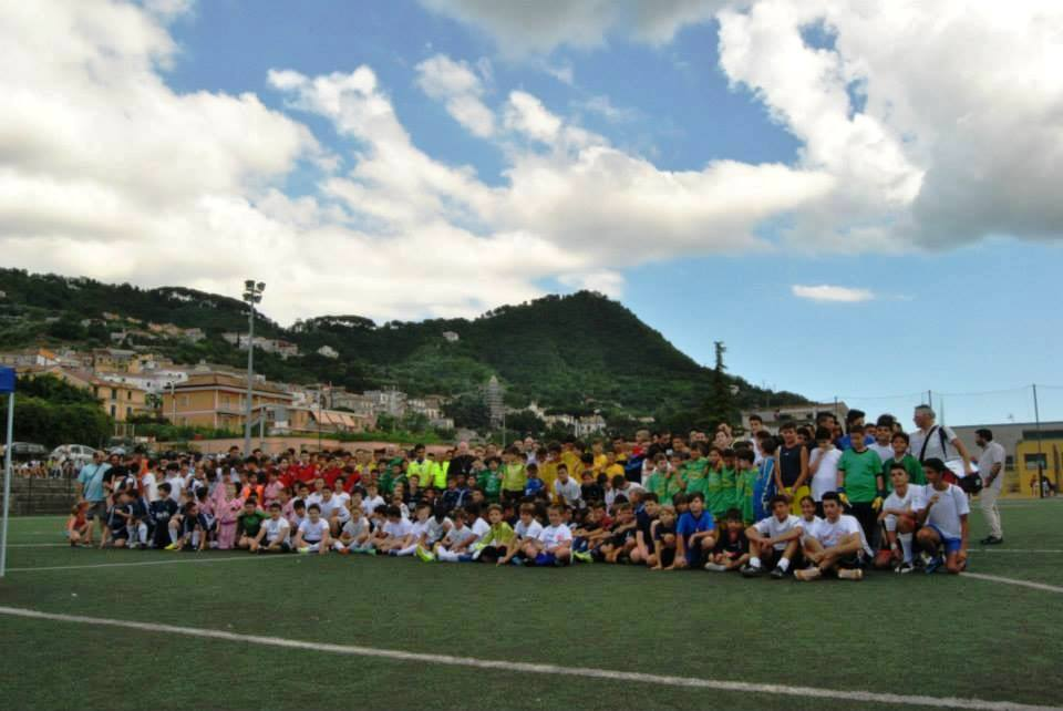 Una foto di gruppo dei partecipanti e degli organizzatori del Torneo